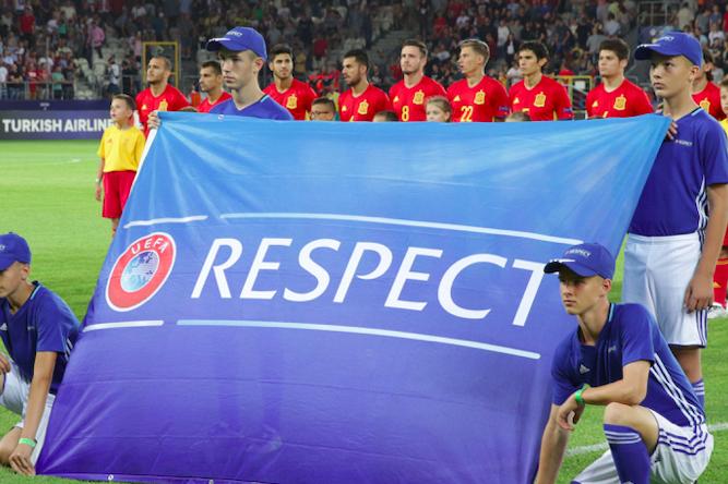 drapeau respect de l'uefa sur un terrain
