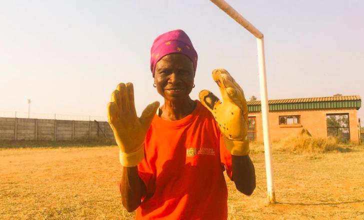 grand-mère en tenue de gardien de football