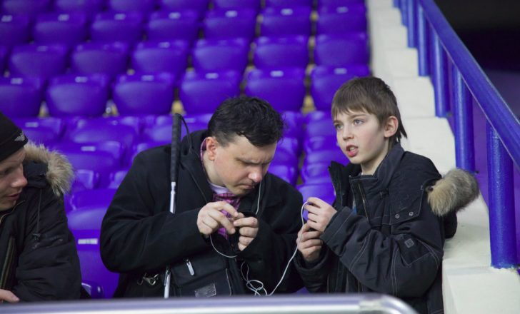 Une personne aveugle profite d'un match de football