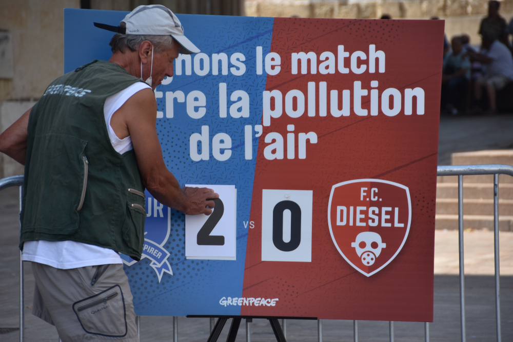 Match contre la pollution de l'air organisé à Marseille par Greenpeace