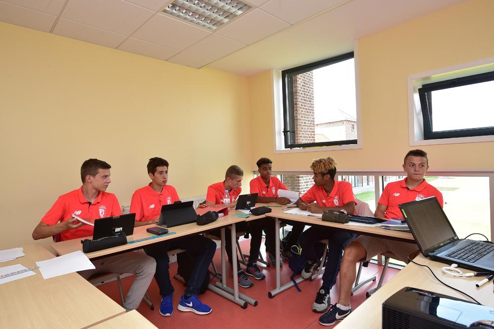 Les joueurs du centre de formation du Lille OSC en classe