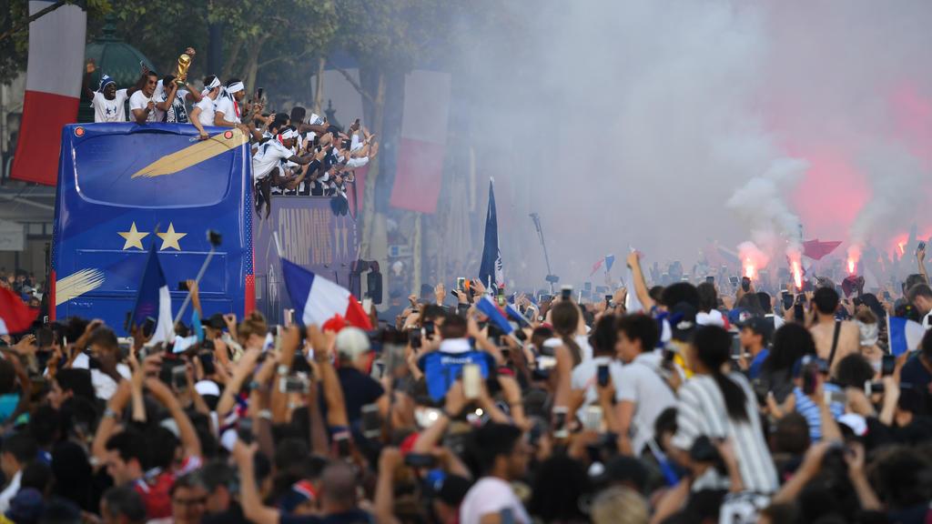 Image de liesse populaire sur les Champs-Élysées après la victoire à la Coupe de Monde 2018 en Russie